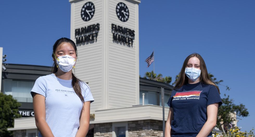 Mira Kwon junto a Betsy Bass posan en Farmers Market, Los Ángeles (California). (VALERIE MACON / AFP).