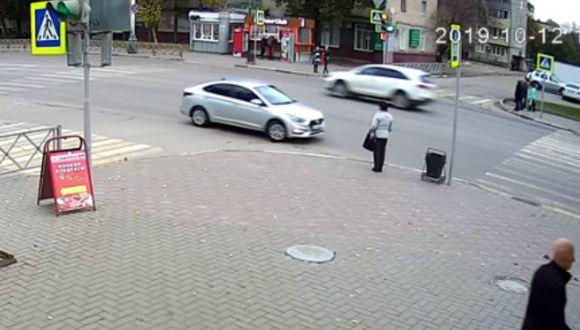 Se viralizó en YouTube el instante en que una transeúnte casi es atropellada. (Foto: Captura)
