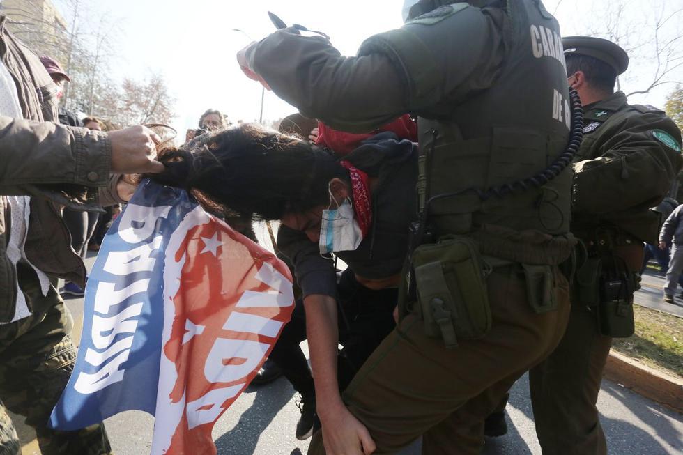 Enfrentamientos y disturbios entre grupos de cubanos residentes en Chile se registraron en la mañana de este viernes frente al consulado de Cuba, ubicado en Santiago, donde había convocada una marcha para apoyar las manifestaciones de la isla, las más graves en 27 años. (Texto y foto: EFE).
