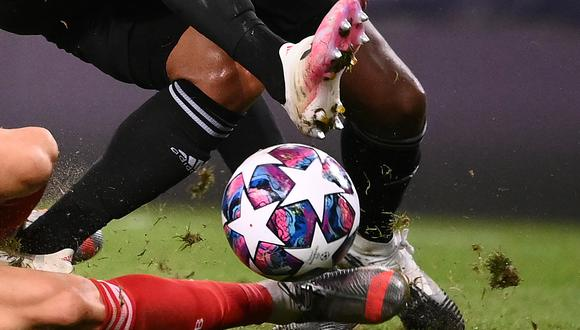 Bayern Munich's Polish forward Robert Lewandowski fights for the ball with Lyon's Brazilian defender Marcal during the UEFA Champions League semi-final football match between Lyon and Bayern Munich at the Jose Alvalade stadium in Lisbon on August 19, 2020. (Photo by FRANCK FIFE / POOL / AFP)