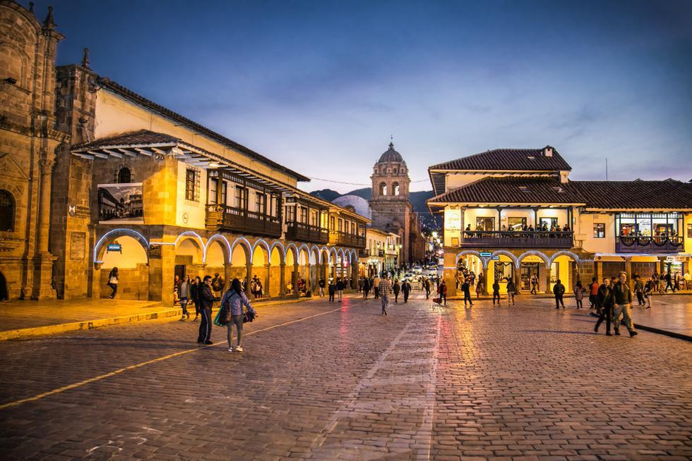 Sin dudas, el punto de partida es pasear por la Plaza de Armas. El escenario cambia al ocultarse el sol, se torna romántico y místico.