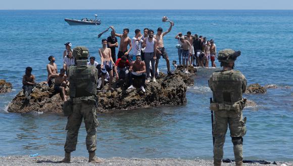 Ciudadanos marroquíes se enfrenta a las fuerzas del orden españolas, quienes impiden su paso hacia España. En Ceuta. REUTERS