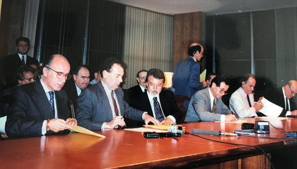 Esta imagen tomada por la enviada especial de El Comercio a Brasilia muestra el momento exacto de la firma del acta. El entonces vicecanciller peruano, Eduardo Ponce, figura al centro de la foto. (Foto: Rossana Echeandía / Archivo)