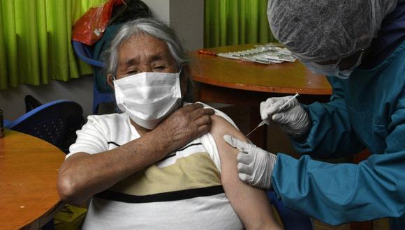 Una anciana recibe una dosis de la vacuna Sinopharm de fabricación china contra el coronavirus Covid-19 en el asilo de ancianos San Ramón en La Paz, Bolivia. (Foto de AIZAR RALDES / AFP).