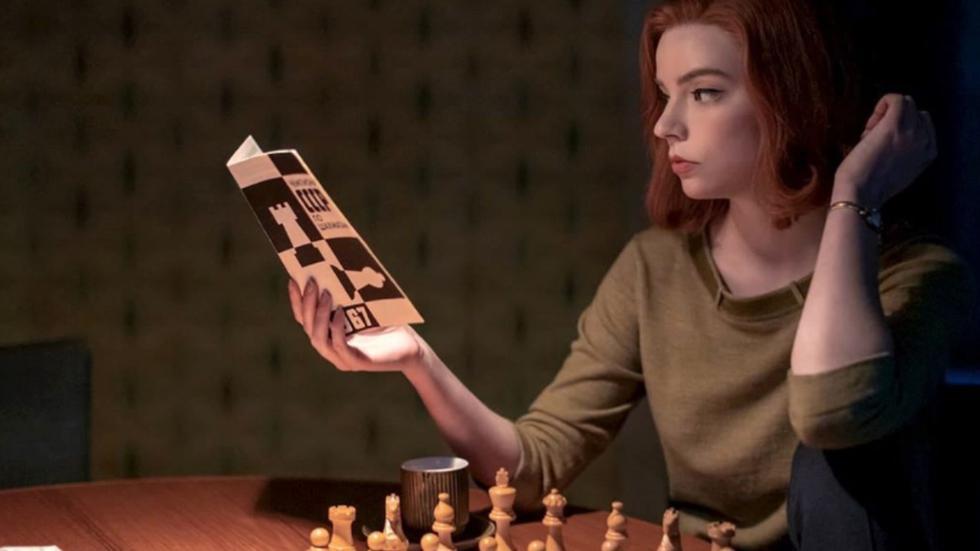"""""""Gambito de Dama"""". La serie narra la vida de Beth Harmon, una niña huérfana prodigio del ajedrez, que intenta convertirse en la mejor jugadora del mundo a finales de los años cincuenta. (Foto: Instagram @seriepolis)."""