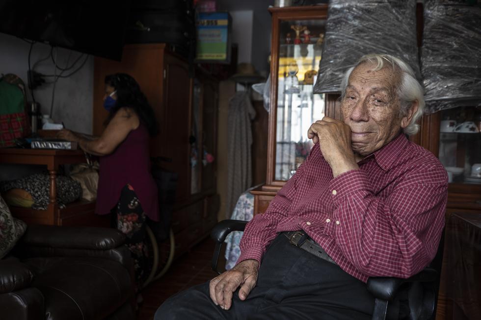 Este domingo 10 de enero el humorista peruano Guillermo Campos dejó de existir a los 92 años. Al conocerse que, a pesar de su avanzada edad y deteriorada salud tenía que salir a las calles a vender discos, fuimos a buscarlo a su vivienda. Foto: César Campos para El Comercio.