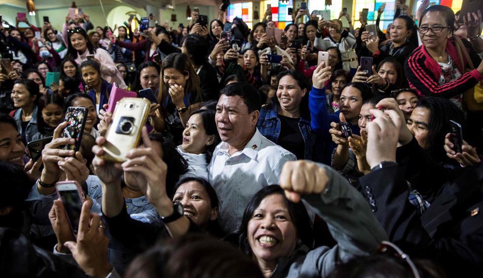 Un doble de Duterte apareció en una iglesia de Hong Kong frecuentada por la comunidad filipina de la excolonia británica, causando entusiasmo entre los fieles pero también confusión. (Fotos: AFP)