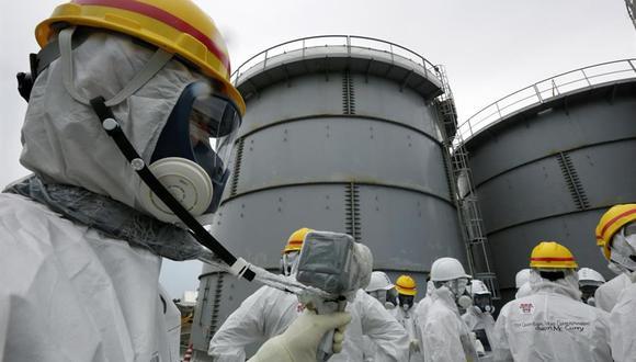 Funcionarios de Tokyo Electric Power Corporation miden los niveles de radiación en el área del tanque H4 en la planta de energía nuclear de Fukushima Daiichi, en Japón, el 7 de noviembre de 2013. (EFE / EPA / KIMIMASA MAYAMA).