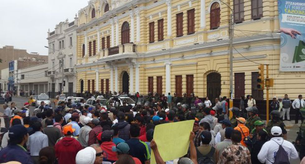 Trabajadores municipales siguen protestando por falta de pagos - 1