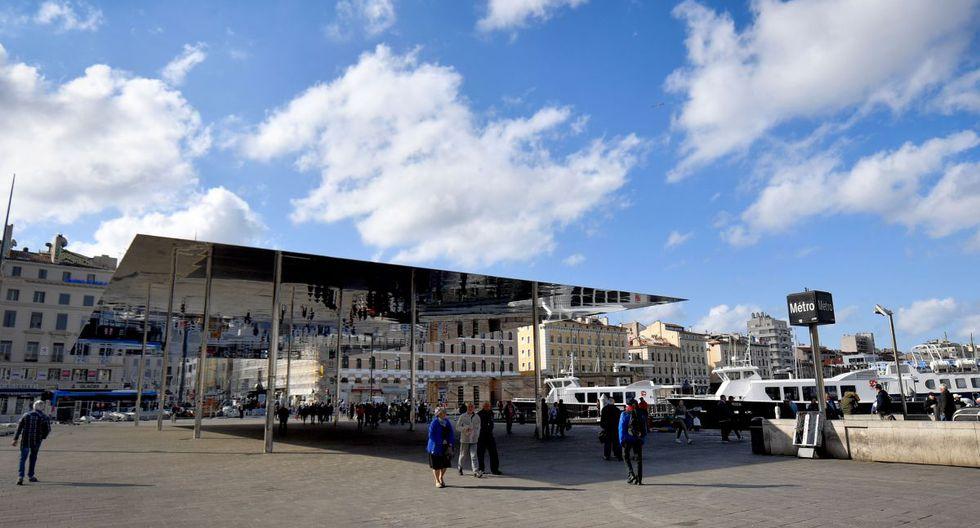El gobierno de Francia ordenó el cierre de todos los lugares públicos no esenciales a partir de la medianoche del sábado. (Foto: AFP).