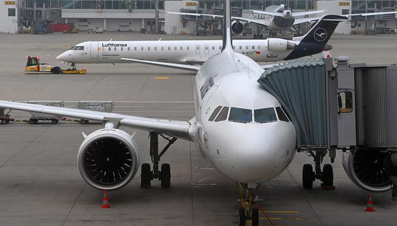 IATA volvió a realizar su llamado a gobiernos para que reemplacen los regímenes de cuarentena con tests del COVID-19 para no complicar el transporte aéreo. (Foto: AFP)