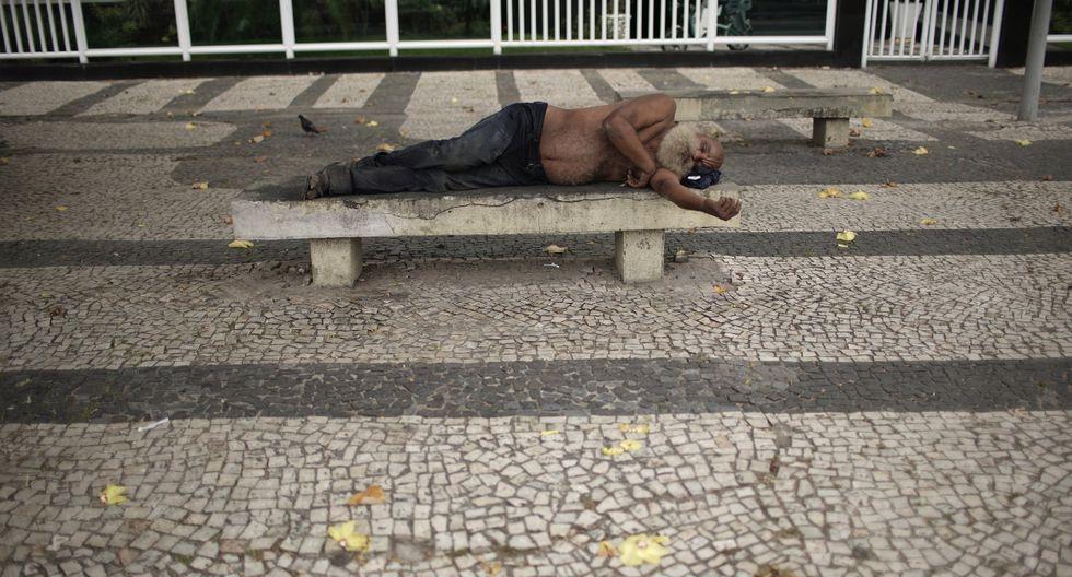 Imagen de un hombre sin hogar durmiendo en un banco de la playa de Copacabana en Río de Janeiro, Brasil. (Reuters).