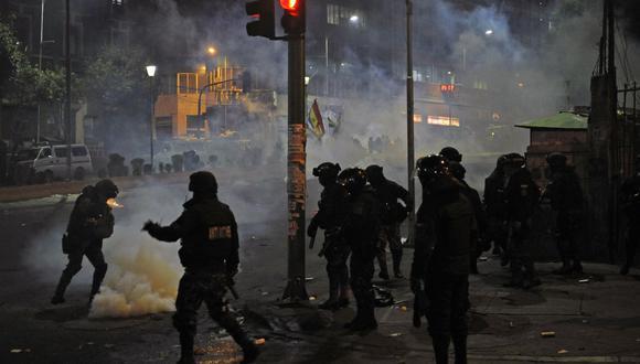 Los manifestantes se enfrentan con la policía antidisturbios después de un foro abierto convocado por el Comité Nacional de Defensa de la Democracia (CONADE) en la segunda semana de huelga cívica contra los resultados de las elecciones del 20 de octubre en La Paz. (AFP)