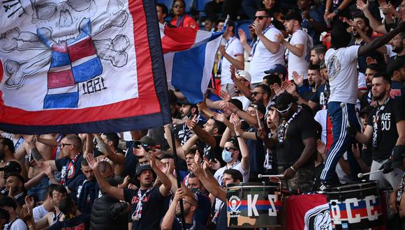 PSG fans cheer for their team during the friendly football match Paris Saint-Germain (PSG) vs Waasland-Beveren at the Parc des Princes stadium in Paris on July 17, 2020. / AFP / Anne-Christine POUJOULAT