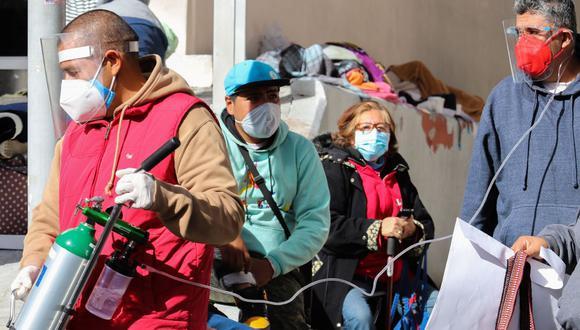 Familiares de pacientes contagiados con coronavirus covid-19 esperan informes en las afueras de un hospital del Instituto Mexicano del Seguro Social (IMSS), en Ciudad de México. (EFE/José Pazos).
