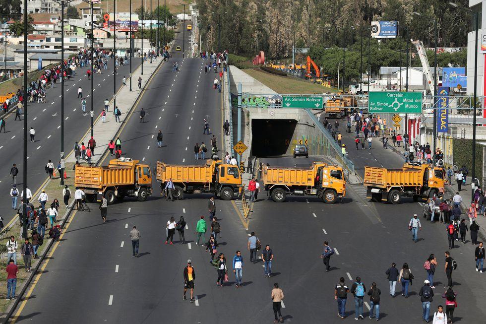 Camiones bloquean las carreteras principales durante las protestas en Ecuador. (REUTERS/Ivan Alvarado).