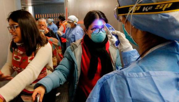 El control de temperatura en los aeropuertos fue una de las medidas que muchos gobiernos tomaron para controlar el ingreso de viajeros. (Getty Images).