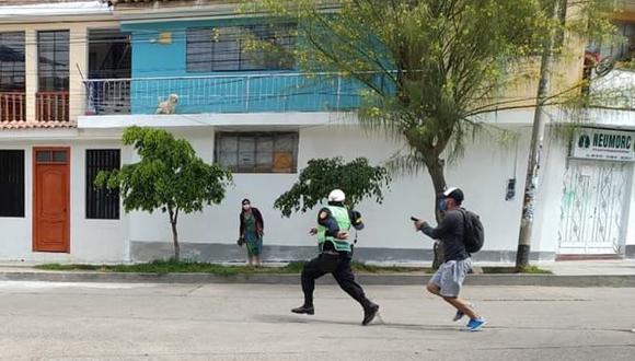 El efectivo fue captado cuando intentaba escapar de su colega para no ser detenido.