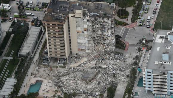 Fotografía aérea de parte del edificio de 12 plantas frente al mar que se derrumbó parcialmente la madrugada del jueves 24 de junio de 2021 en Surfside, Florida. (Amy Beth Bennett/South Florida Sun-Sentinel vía AP)