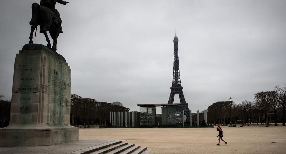 En esta foto de archivo, tomada el 21 de marzo de 2020, una mujer corre en los Campos de Marte en París. (Joel Saget / AFP)