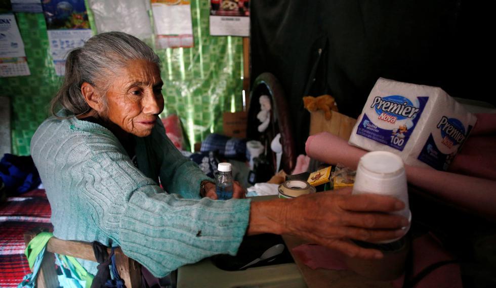 Lucía Ríos Cuenca, de 69 años, limpia su casa en el barrio Tablas del Pozo de Ecatepec, donde la escasez de agua complica los esfuerzos para desinfectar en medio de la propagación de la enfermedad por coronavirus (COVID-19), en el estado de México. (Foto: Reuters/Gustavo Graf)