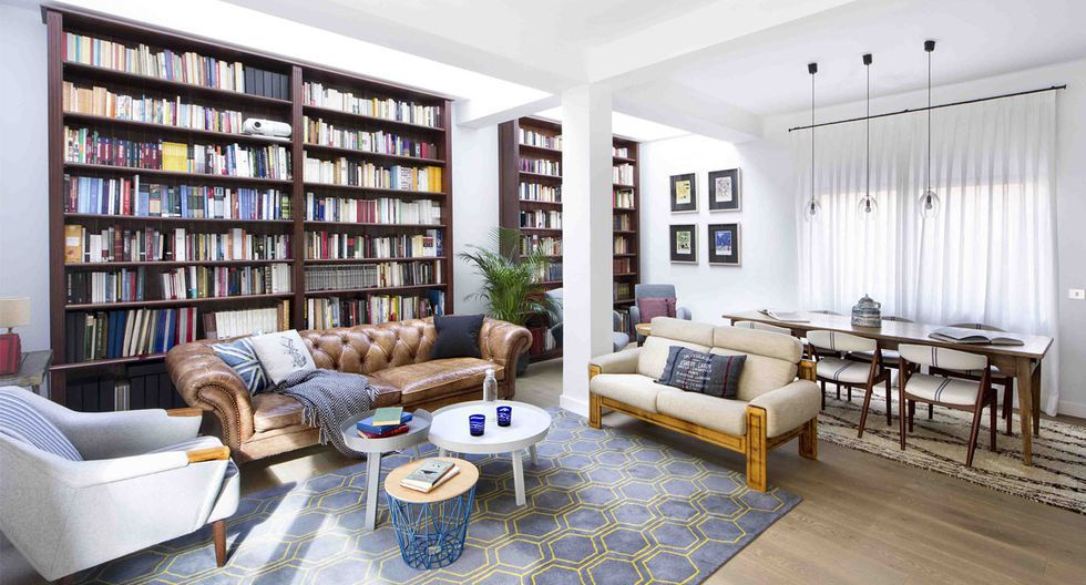La madera de color oscuro de los estantes contrasta con el blanco de las paredes, color predominante en toda la casa para aumentar la luminosidad en todos los espacios. (Foto: Vicugo Foto / egueyseta.com)