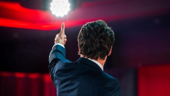 El primer ministro de Canadá Justin Trudeau levanta el pulgar antes de pronunciar su discurso de la victoria en las elecciones generales. (ANDREJ IVANOV / AFP).