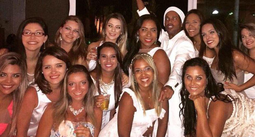 Ronaldinho celebró el Año Nuevo 2015 rodeado por lindas mujeres