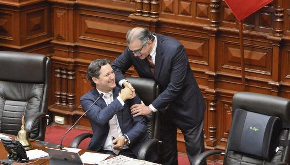 Daniel Salaverry y Pedro Olaechea, quienes disputarán la presidencia del Congreso, se saludaron en el pleno. (Foto: Mario Zapata/ El Comercio)