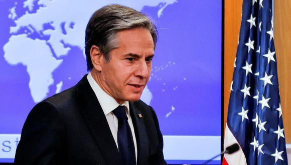 El secretario de Estado de Estados Unidos, Antony Blinken, se quita la mascarilla cuando llega para celebrar una conferencia de prensa en Washington, el 27 de enero de 2021. (REUTERS/Carlos Barria).