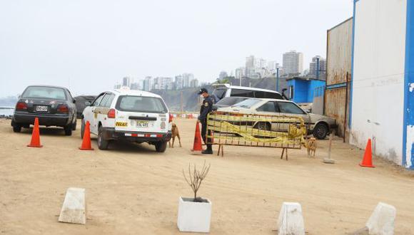 La Unidad de Salvataje de la PNP ha convertido un sector de la playa en un estacionamiento para vehículos particulares. (Foto: Giancarlo Ávila/El Comercio)