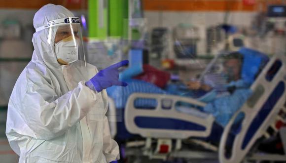 Un trabajador de salud atiende a un paciente de COVID-19 en Colombia. (Foto: GIL COHEN-MAGEN / AFP)