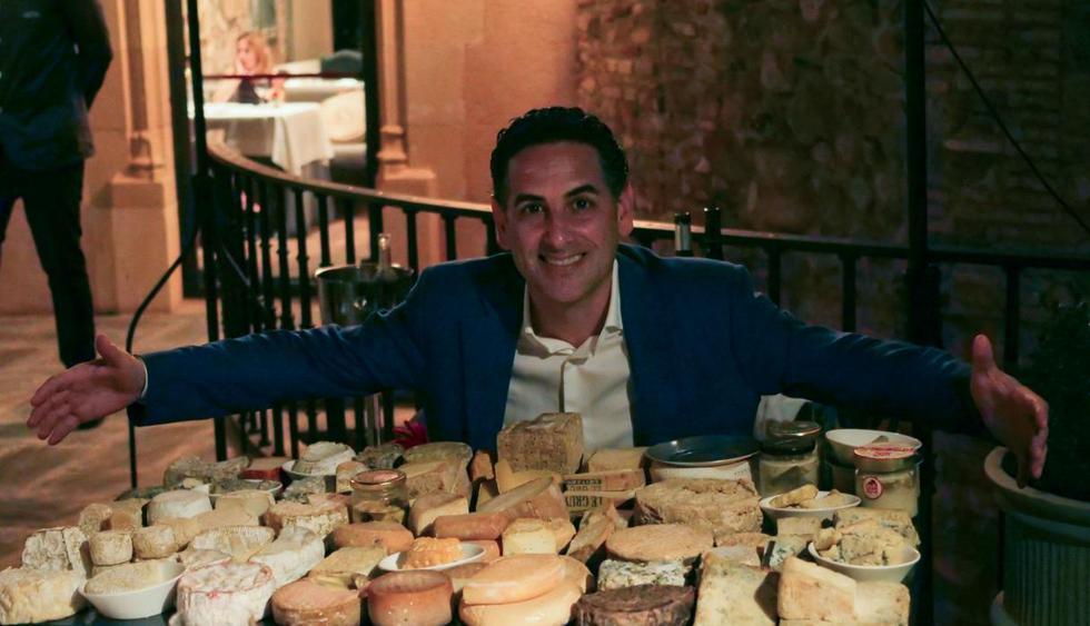 Juan Diego posa frente al carrito de los quesos artesanales de Toni Gerez, quien está al frente de la sala y la bodega del restaurante del castillo.