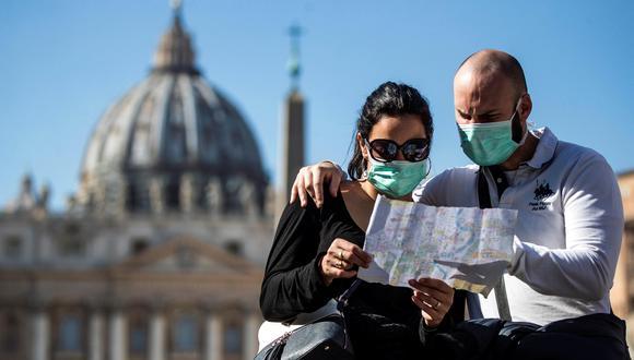 Una pareja de turistas con máscaras faciales sanitarias visita la Plaza de San Pedro, este lunes en el Vaticano. (Foto: EFE)