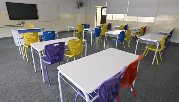 Coronavirus: Un aula vacía en una escuela secundaria de Buenos Aires, Argentina, el 13 de octubre de 2020, cuando los escolares retornaron a recibir clases pero en los patios de sus colegios. (Foto de JUAN MABROMATA / AFP).