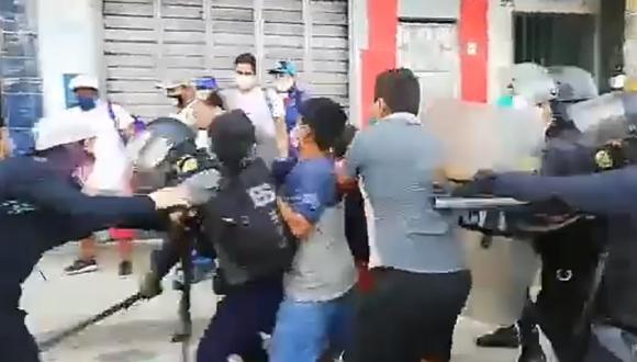 Iquitos: ambulantes se enfrentan a la policía tras rehusarse a dejar el mercado de Belén | VIDEO