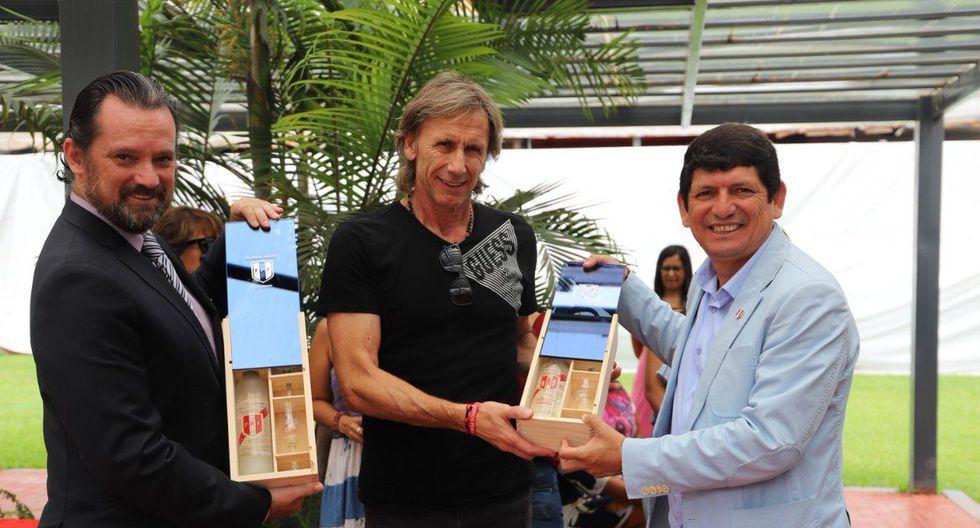 Juan Matute (izquierda) y Agustín Lozano (derecha) junto a Gareca en un evento de la FPF. (Foto: Twitter)
