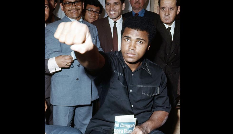Muhammad Ali mostrando su puño, año 1971. (GEC Archivo Histórico)