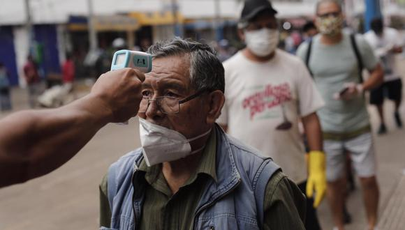 Personas y comerciantes transitan en La Parada, en Lima. (Foto: Leandro Britto/GEC)