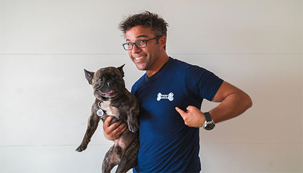 Renzo Schuller y su perro Igor durante la grabación de un video en el que promueven la Tienda WUF.