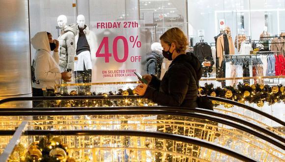 Las personas visitan las tiendas en Hudson Yards en Manhattan, Nueva York, Estados Unidos, el 27 de noviembre de 2020. (REUTERS/Eduardo Muñoz/Referencial).