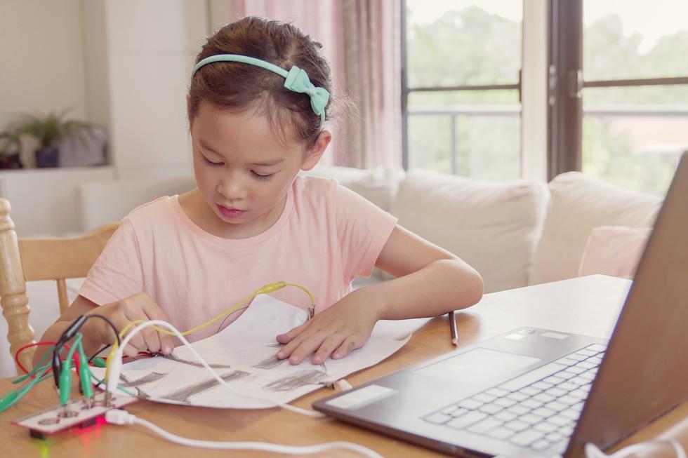 1. Potencia su creatividad e imaginación: Programar es un camino de diversas pruebas donde los niños tendrán que utilizar toda su imaginación para seguir avanzando en su creación. Es importante que sepan que no hay una única solución, en el mundo de la programación todo es posible para llegar a lo que se proponen. (Foto: Shutterstock)