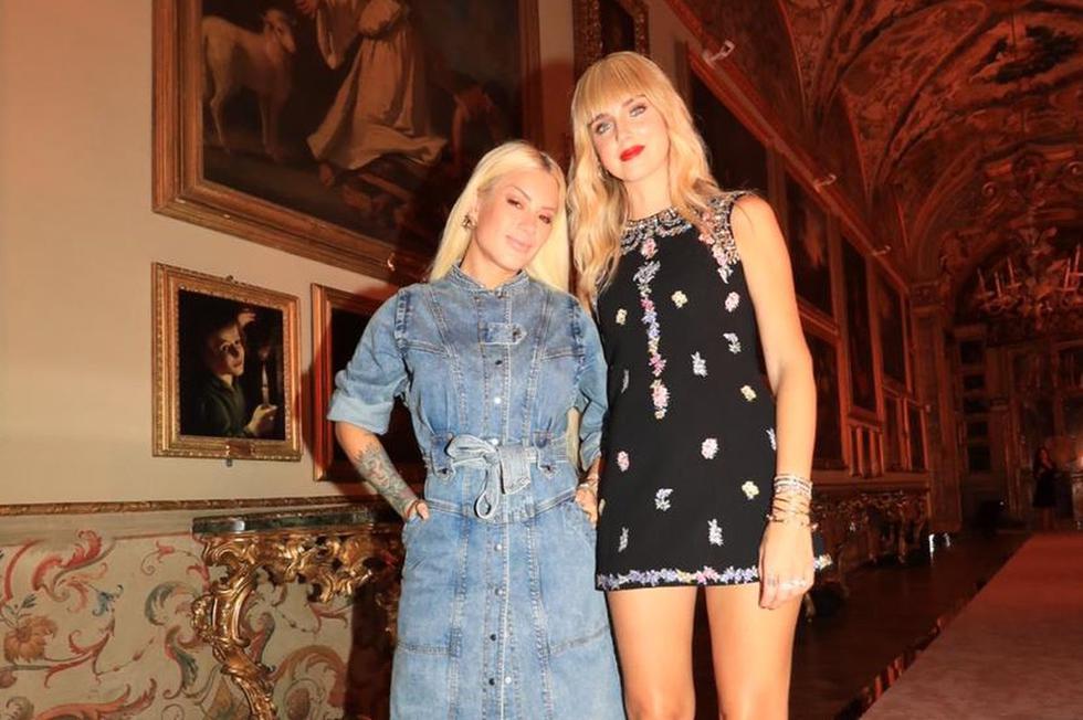 Leslie Shaw se fotografió con la conocida influencer italiana Chiara Ferragni en el desfile del diseñador italiano Giambattista Valli. (Foto: HM)