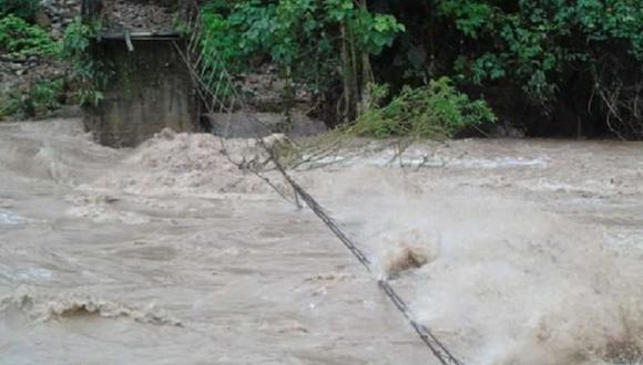 De otro lado, el incremento en el caudal del río Pasco ocasionó el colapso de un puente peatonal en el sector de Casa Blanca, ubicado en el distrito de Pozuzo (Foto: COEN)