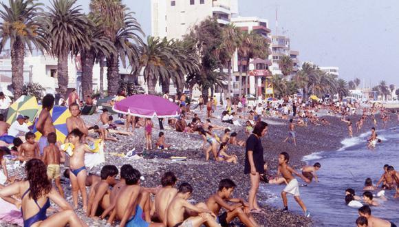 Un día de verano en La Punta, durante la década del noventa. Foto: Archivo histórico El Comercio.