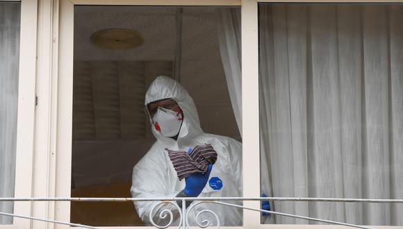 Un trabajador sanitario limpia el hogar de ancianos donde murió una mujer y varios residentes y trabajadores han sido diagnosticados con coronavirus, en Asturias, España. (REUTERS / Eloy Alonso).
