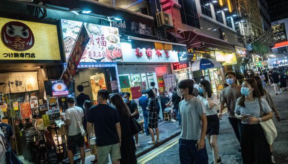 Las personas que usan máscaras protectoras esperan para entrar al restaurante en Tsim Sha Tsui en Hong Kong, China. (Foto: Lam Yik / Bloomberg).