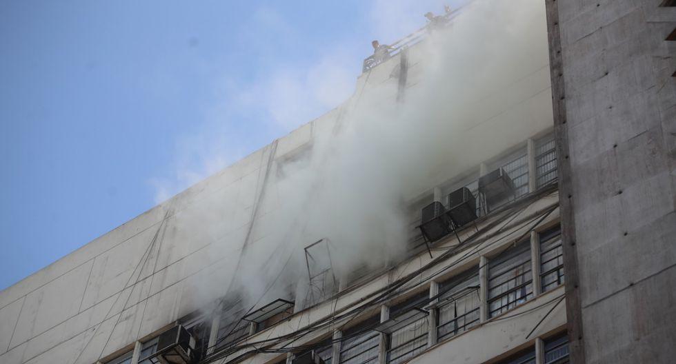 Siete unidades de los bomberos atienden incendio en la sede del Ministerio Público de la avenida Abancay (Foto: Giancarlo Ávila).