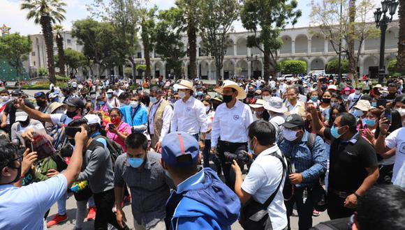 El 10 de enero, el candidato presidencial de Somos Perú, Daniel Salaverry, colgó en sus redes sociales esta imagen que muestra el incumplimiento de la distancia social en medio de la pandemia