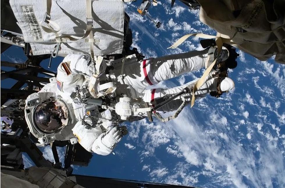 Esta fotografía muestra al astronauta Andrew Morgan de la NASA, con todas las ataduras manteniéndolo seguro en su lugar, teniendo a la Tierra de fondo. (Foto:NASA)